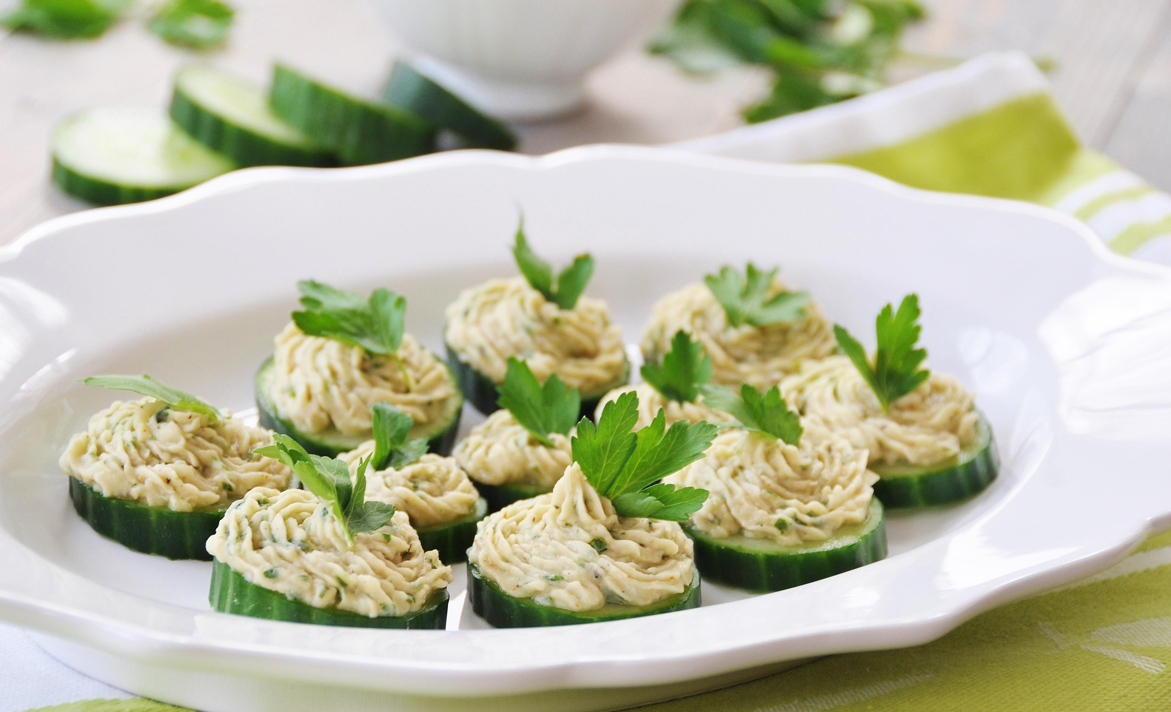 Cannellini Bean Dip on Cucumber Chips - Veganosity