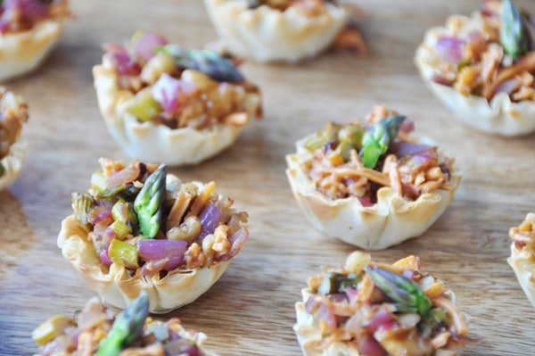 Caramelized-Onion-and-Asparagus Cups! Healthy, easy, and quick. www.veganosity.com