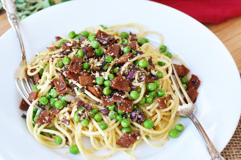 Easy and Fast Spaghetti with Vegan Bacon and Peas! A fast and easy pasta recipe to make on a busy weeknight or for a romantic weekend dinner. www.veganosity.com