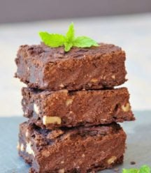 Vegan Protein Brownies with a Hint of Mint! This brownie recipe is made with black beans and oat flour. Gluten-free, dairy-free, and egg-free! www.veganosity.com