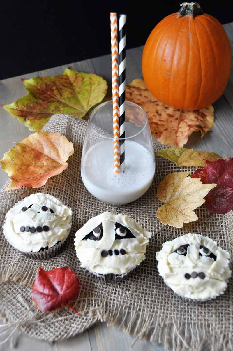 Vegan chocolate cupcakes with vanilla buttercream frosting, decorated like mummies! A perfect Halloween dessert recipe! www.veganosity.com
